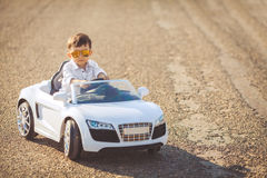 愉快的小男孩旅行乘汽车在夏天 免版税库存图片