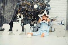 愉快的小的星 新年2018年,圣诞节 微笑的滑稽的两岁的女婴 免版税库存照片