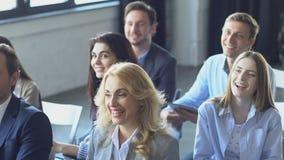 愉快的小组听女实业家主导的介绍的商人在研讨会谈话 股票视频