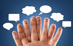 愉快的小组与社会闲谈标志和讲话b的手指面带笑容 免版税库存照片