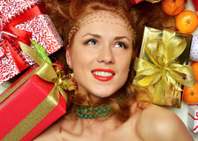 愉快的少妇举行红色圣诞节包裹了礼物当前smilin 库存图片