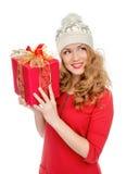 愉快的少妇举行红色圣诞节包裹了礼物当前smilin 免版税库存照片