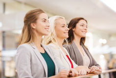 愉快的少妇在购物中心或商业中心 免版税库存照片