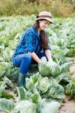 愉快的少妇用圆白菜 图库摄影