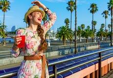愉快的少妇用有明亮的红色的饮料乐趣时间 免版税图库摄影