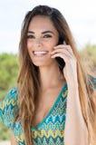 愉快的少妇谈话在手机 免版税库存照片