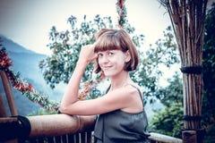 愉快的少妇画象山背景的 热带海岛巴厘岛,印度尼西亚 in Travel夫人 免版税图库摄影