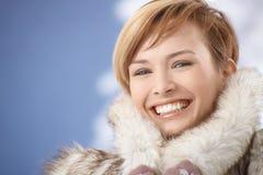 愉快的少妇画象皮大衣的 免版税库存照片