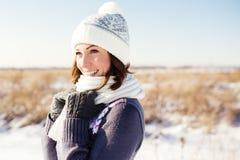 愉快的少妇画象获得乐趣在冬天 免版税库存照片