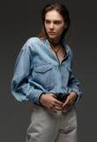 愉快的少妇画象,摆在斜纹布衬衣和白色 图库摄影