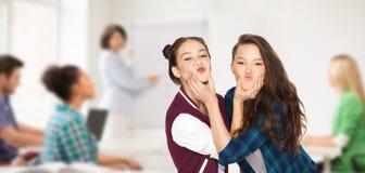 愉快的少年学生女孩获得乐趣在学校 免版税库存照片