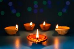 愉快的屠妖节-在Dipavali期间,黏土迪雅灯点燃了 免版税库存图片