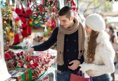 愉快的已婚夫妇在加泰罗尼亚的圣诞节市场上 免版税图库摄影