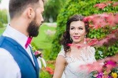 愉快的已婚夫妇在美丽的庭院里 库存照片