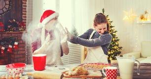 愉快的已婚夫妇烘烤圣诞节曲奇饼 免版税库存图片
