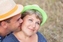 愉快的已婚夫妇画象在帽子的 库存图片