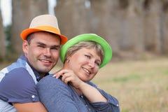 愉快的已婚夫妇画象在帽子的 库存照片