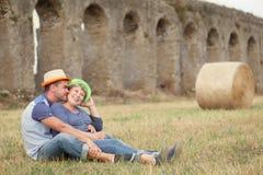 愉快的已婚夫妇画象在帽子的 免版税库存图片