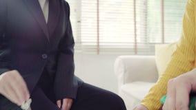 愉快的年轻亚洲夫妇和地产商代理 E 股票录像