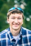 愉快的年轻人画象有太阳镜的 免版税库存图片