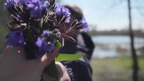 愉快的年轻人给女孩野花花束  春天公园,浪漫日期 影视素材
