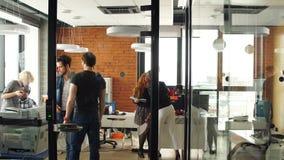 愉快的年轻企业队画象在现代办公室 在顶楼内部的工作 股票录像