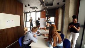 愉快的年轻企业队画象在现代办公室 在顶楼内部的工作 股票视频
