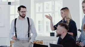 愉快的年轻公司上司人主导的讨论,解释图在现代办公室队会议慢动作红色史诗 股票录像