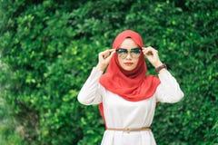 愉快的年轻回教妇女红色hijab画象  库存图片
