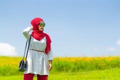 愉快的年轻回教妇女红色hijab画象  库存照片