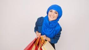愉快的年轻回教妇女运载购物袋 股票录像