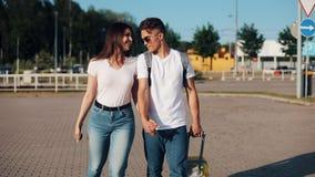 愉快的年轻夫妇同行陪行李在机场或火车站附近 旅行,假期,假日的概念 股票视频