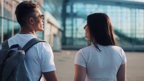 愉快的年轻夫妇同行陪行李在机场或火车站附近 旅行,假期,假日的概念 股票录像