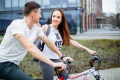 愉快的年轻夫妇画象在自行车的 免版税库存图片