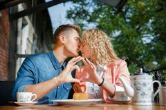 愉快的年轻夫妇获得乐趣在咖啡馆户外 库存照片