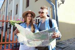 愉快的年轻夫妇骑马滑行车在镇里 英俊的人和少妇旅行 冒险和假期概念 免版税库存图片