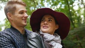 愉快的年轻夫妇-年轻人和妇女在秋天停放 股票视频