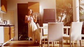 愉快的年轻女人跳舞,当在家时烹调在厨房里 慢的行动 1920x1080 股票录像