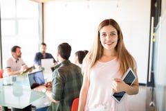 愉快的年轻女商人在会议室 图库摄影