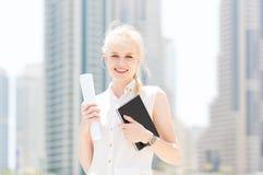 愉快的年轻女实业家在城市 免版税图库摄影