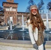 愉快的年轻旅游妇女在米兰,调查距离的意大利 免版税图库摄影