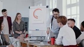 愉快的年轻现代办公室研讨会事件慢动作红色史诗的教练CEO商人刺激的和帮助的同事 股票录像