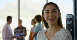愉快的年轻白种人女性商业主管身分在现代办公室4k 股票录像