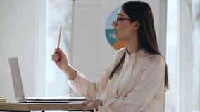 愉快的年轻美丽的欧洲在现代轻的办公室会议事件的女商人辅导者刺激的观众 影视素材