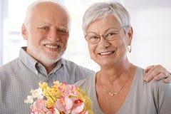 愉快的年长夫妇纵向  免版税库存图片