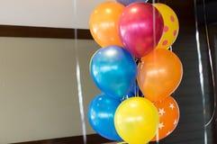 愉快的庆祝的抽象五颜六色的气球集会backgroun 库存图片