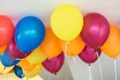 愉快的庆祝的抽象五颜六色的气球集会backgroun 免版税库存图片