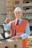 愉快的建造者在建筑工地 库存照片