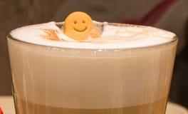 愉快的微笑咖啡 免版税库存照片