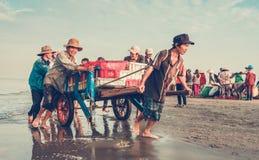 愉快的微笑在工作,长的海氏海滩,越南 库存图片